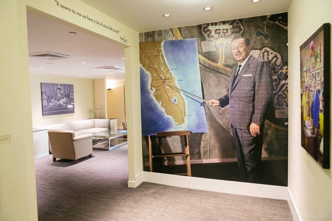 ウォルト・ディズニーのオフィスの前。ウォルトの写真や肖像画が飾られている/ウォルト・ディズニー・スタジオ
