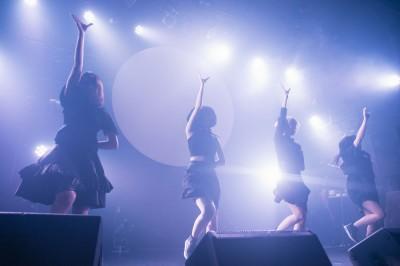 ライブパフォーマンス 写真:稲垣鎌一