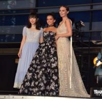 映画『トランスフォーマー/最後の騎士王』のジャパンプレミアに参加した(左から)桜井日奈子、イザベラ・モナー、ローラ・ハドック