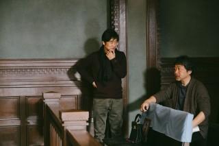 セット内で打ち合わせをする種田陽平氏と是枝裕和監督(右)
