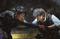 左から:永井圭(佐藤健)、佐藤(綾野剛) 映画『亜人』