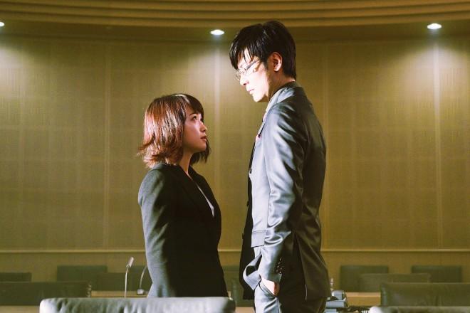 左から:下村泉(川栄李奈)、戸崎優(玉山鉄二) 映画『亜人』