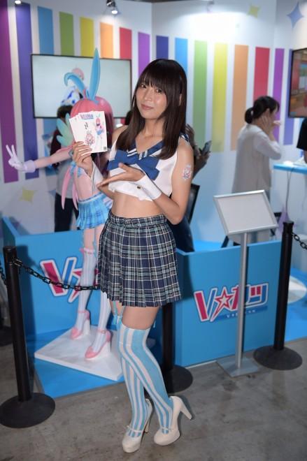 「V☆カツ」ブースにて、公式キャラクター・カツキちゃんのコスプレをするコンパニオン