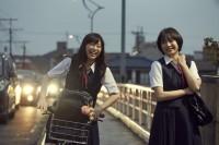 左から:千草恵(森川葵)、島田響(広瀬すず) 映画『先生!、、、好きになってもいいですか?』