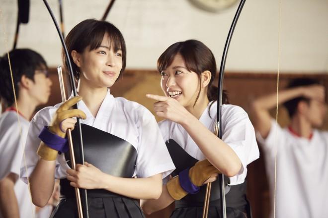 左から:島田響(広瀬すず)、千草恵(森川葵) 映画『先生!、、、好きになってもいいですか?』