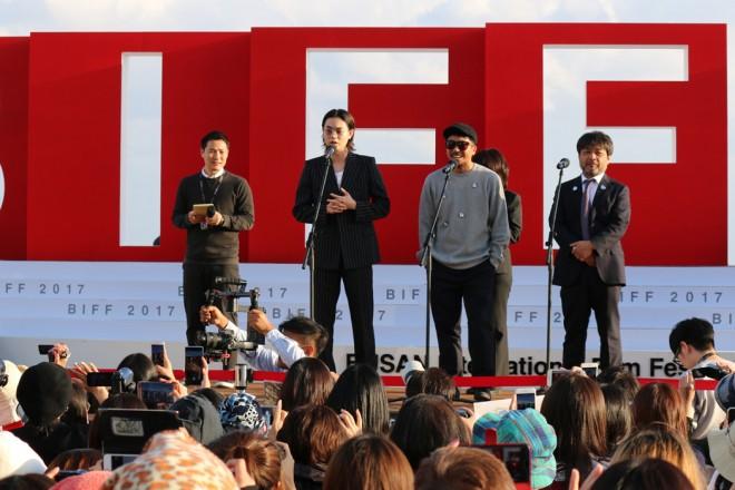 菅田将暉が登壇したアウトドアステージには大勢の観客がつめかけた(『あゝ、荒野』)