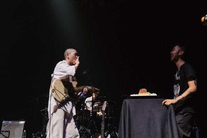 オ・ヒョクの誕生日だったこの日、アンコールでサプライズのバースデーケーキがステージに