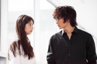左から:ニノ(中条あやみ)、モモ(小関裕太) 映画『覆面系ノイズ』