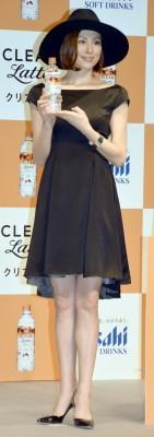 米倉涼子はドラマや舞台でも美脚をおしげもなく披露