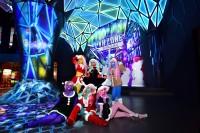 『異色肌ギャル』がVRで大暴れ!? 「VR ZONE SHINJUKU」に降臨!miyako(エメラルドグリーン)、須永ちえり(イエロー)、美紅(パープル)、ソノラマ(オレンジ)、ひつじちゃん(ライトブルー)、いちごれあ(ペールピンク)