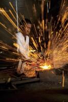 火花散る日本刀の鍛錬風景。室町時代より続く刀匠で、靖国神社や熱田神宮などに刀を奉納している二十六代藤原兼房氏