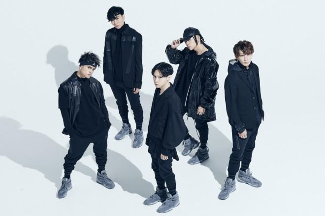 左からREIJI(グッズデザイン担当)、MASAHARU(作詞・作曲担当)、MARK(衣装スタイリング担当)、JUDAI(ラップ担当)、TATSUKI(振りつけ、構成担当。リーダー)