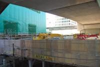 JR渋谷駅と渋谷ストリームホールをつなぐ「国道246号横断デッキ(正式名称未定)」。首都高の下に「かまぼこ屋根」を再現する