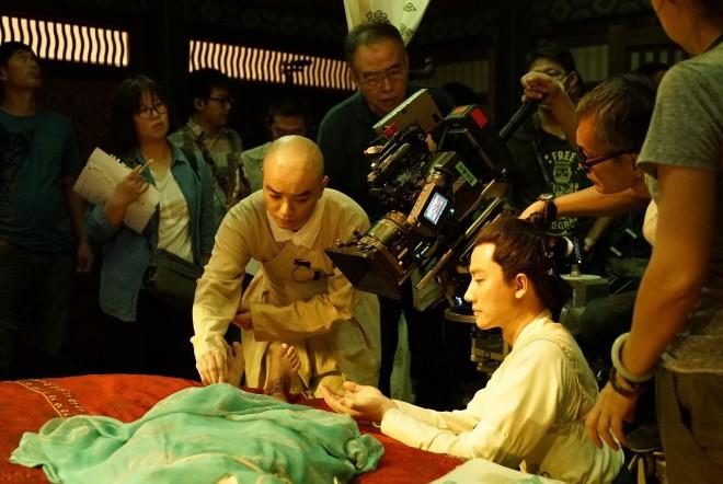 染谷将太とホアン・シュアンがカメラを挟むメイキングカット