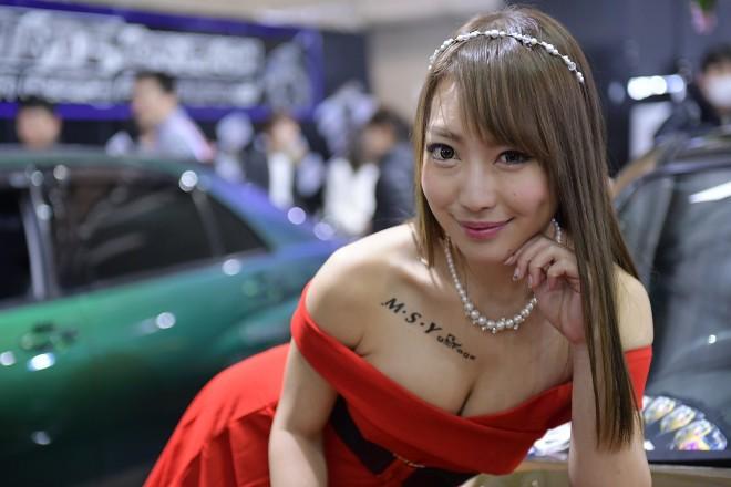 赤いドレスのモーターショーコンパニオン
