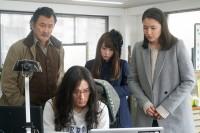 映画『嘘を愛する女』にて、心葉を演じる川栄李奈(写真中央)