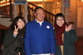 記念撮影に応じる代表取締役社長(兼)COOの上西京一郎氏