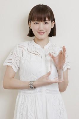 主演女優賞を受賞し、トロフィーを受け取った綾瀬はるか