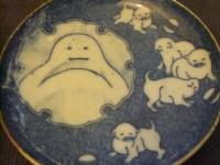 犬と雪だるま図4,5寸皿 『100年前の日本の食器たち 「吉祥寺Puku Puku」』より