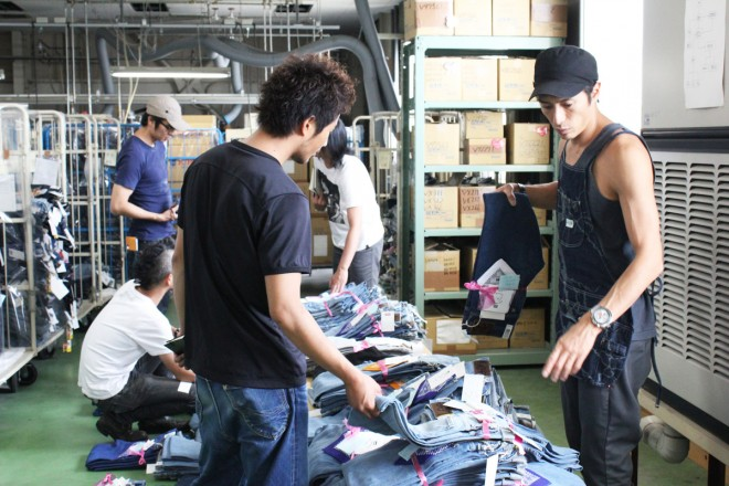 「衣」の取り組みのひとつ、オリジナルジーンズ「LeeBIRTHPROJECT」作業風景