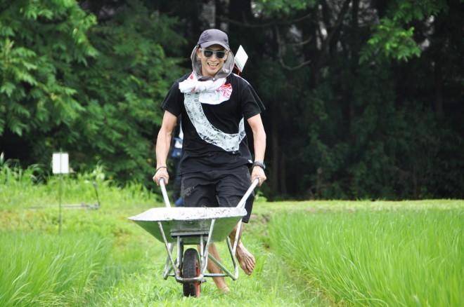 「食」ジャンルの取り組みのひとつ、おいしいお米と農家の価値を高めたいとの思いで始まった米のプロデュース商品「RICE475」の製作風景。新潟県の農家と共に米作りに励む。