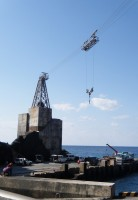 防波堤がなく桟橋が浅い青ヶ島は漁船を陸上げしている