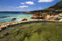 岩場に沸いた露天風呂「東温泉」 写真提供:三島村