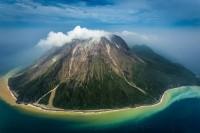上空から見た硫黄島 島の周りの海の色が独特