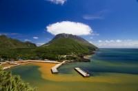 湧き出す温泉で海の色が変わっている 写真提供:三島村