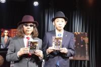 『みうらじゅんと宮藤官九郎の世界全体会議』対談イベント 著書と記念撮影