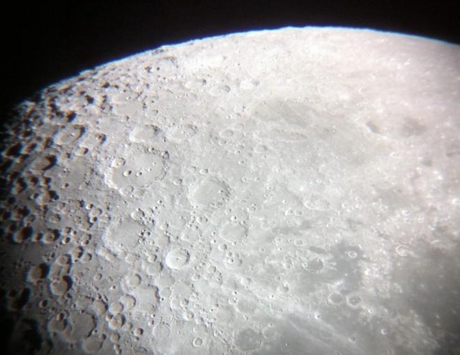 望遠鏡で観た月面部分の拡大