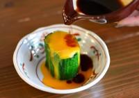おひたし感覚の「ニラ玉」1 ニラを手で持ち、根元の太い部分だけ熱湯に5〜10秒ゆでる。その後熱湯に全体を入れて20〜30秒ゆでる。 2 ゆであがったニラは5センチほどに幅をそろえて切り、冷水にさらして締める。 3 皿にニラを立てて盛り付ける。卵黄を乗せてしょうゆをかければ完成