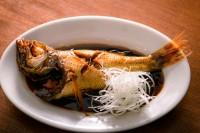 「白身魚の煮付け」1 白身魚の臭みを取るために、表裏に熱湯をサッとかける 2 鍋にしょうゆ、酒、みりん、砂糖、ショウガ、白身魚を入れて強火にかける。 3 落としぶたをしてタレが沸騰したら中火に。タレが煮詰まってとろみがついてきたら完成(目安は約10分)