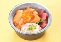「海峡サーモン三色丼」1480円(魚力海鮮寿司/京葉ストリート) 「海峡サーモン」をふんだんに使用した三色丼。引き締まった身と上質な脂のうま味を堪能できる。