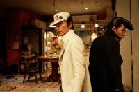 映画「ジョジョの奇妙な冒険 ダイヤモンドは砕けない 第一章」で最強の男、空条承太郎を演じる伊勢谷友介(写真左)