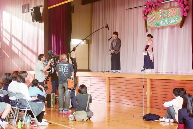 新入生を前にオリエンテーションの舞台に立つ、袴をまとった千早(広瀬すず)と太一(野村周平)