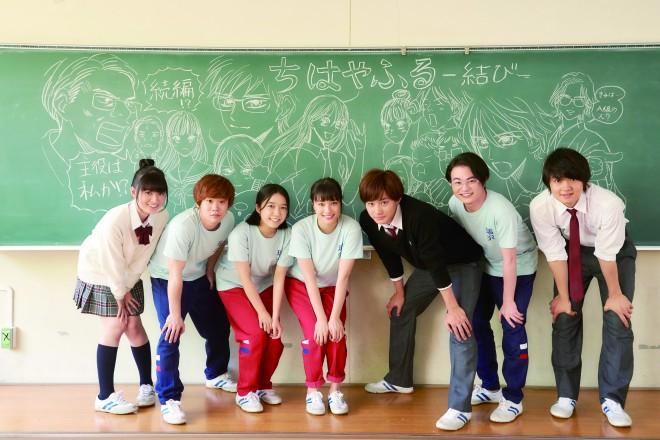 原作者・末次由紀氏がキャスト・スタッフ応援のために描いた黒板画の前でパシャリ!