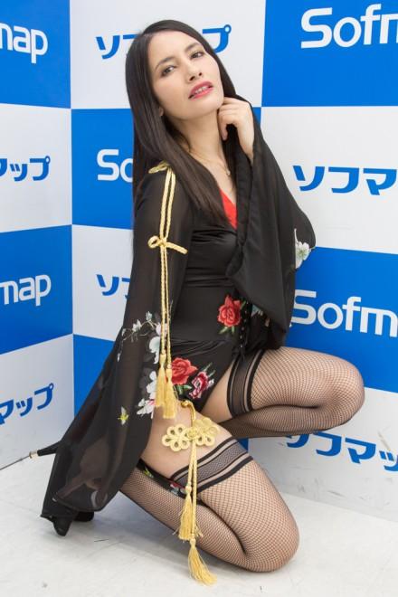 『サンクプロジェクト×ソフマップ』コスプレイヤー・クロエ潤さん<br>(『龍が如く』地下歓楽街をうろついている女)
