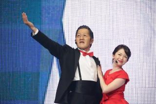 歌って踊る劇団ひとりと松丸友紀アナ