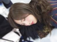 秋元真夏の「乃木撮テクニック」(2)=『乃木撮』より 寝る
