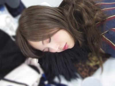 秋元真夏の「乃木撮テクニック」(2)=『乃木撮』より 「寝る」