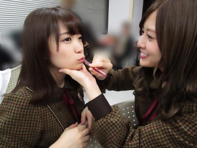 秋元真夏(左)の歯磨きを手伝ってあげる白石麻衣 (撮影/若月佑美)=『乃木撮』より
