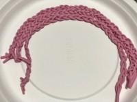 三つ編みにした『なが〜いさけるグミ』(けんさんTwitterより)