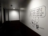 廊下にもイラストやメッセージが描かれている