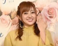 指輪を披露する新婚の菊地亜美