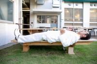 ベンチに寝そべり熱唱するムーディ勝山