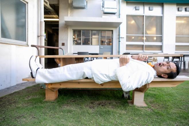 ベンチに寝そべりながらこちらを向くムーディ勝山