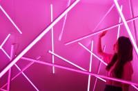 ピンクに光る幻想的なブース