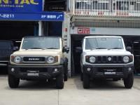 新型(4代目)の比較写真。軽のジムニー(写真右)と、1300ccのジムニーシエラ(写真左)