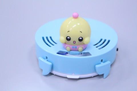机の上を動き回ってお掃除「プリちぃおそうじロボ CHI-01」